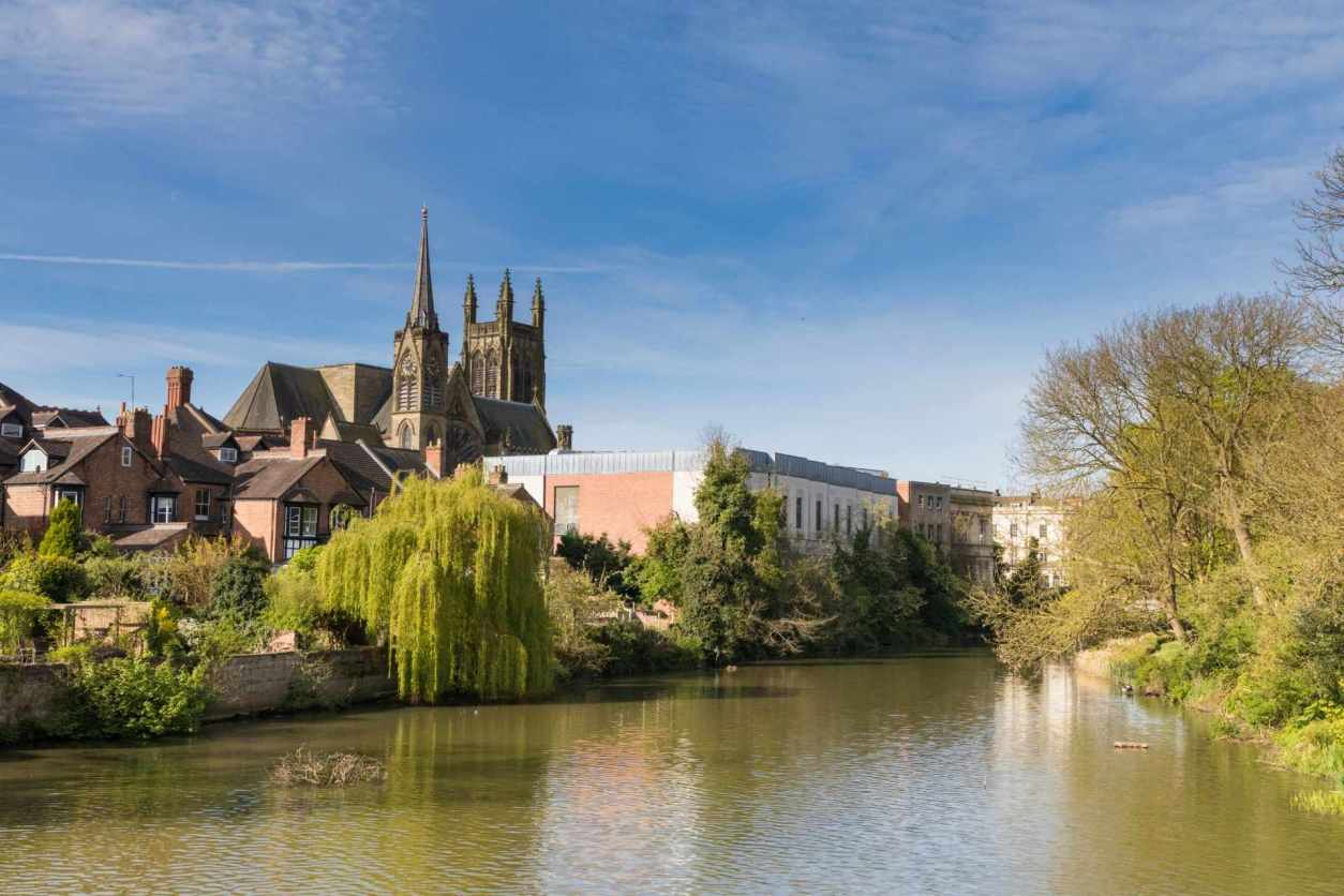river-running-through-royal-leamington-spa-by-cathedral-day-trips-from-coventry