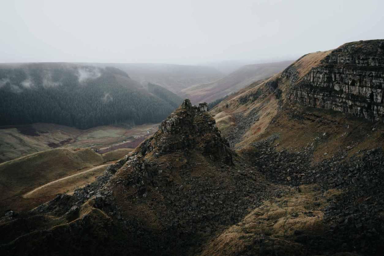 alport-castles-landslip-best-peak-district-walks-@tomandrewphoto
