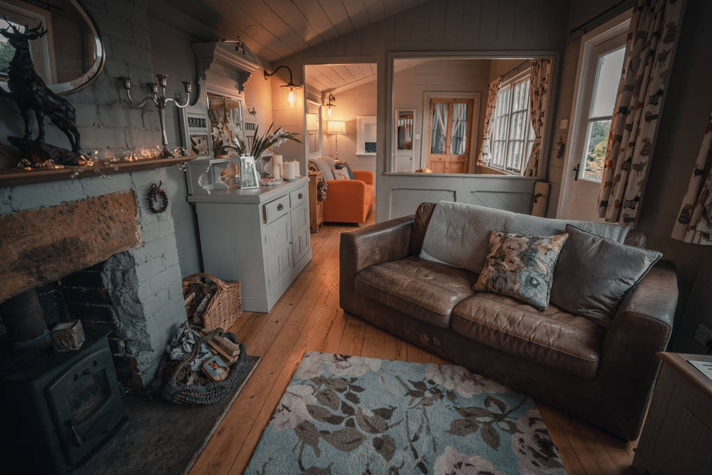 cosy-living-room-in-the-waiting-room-cabin