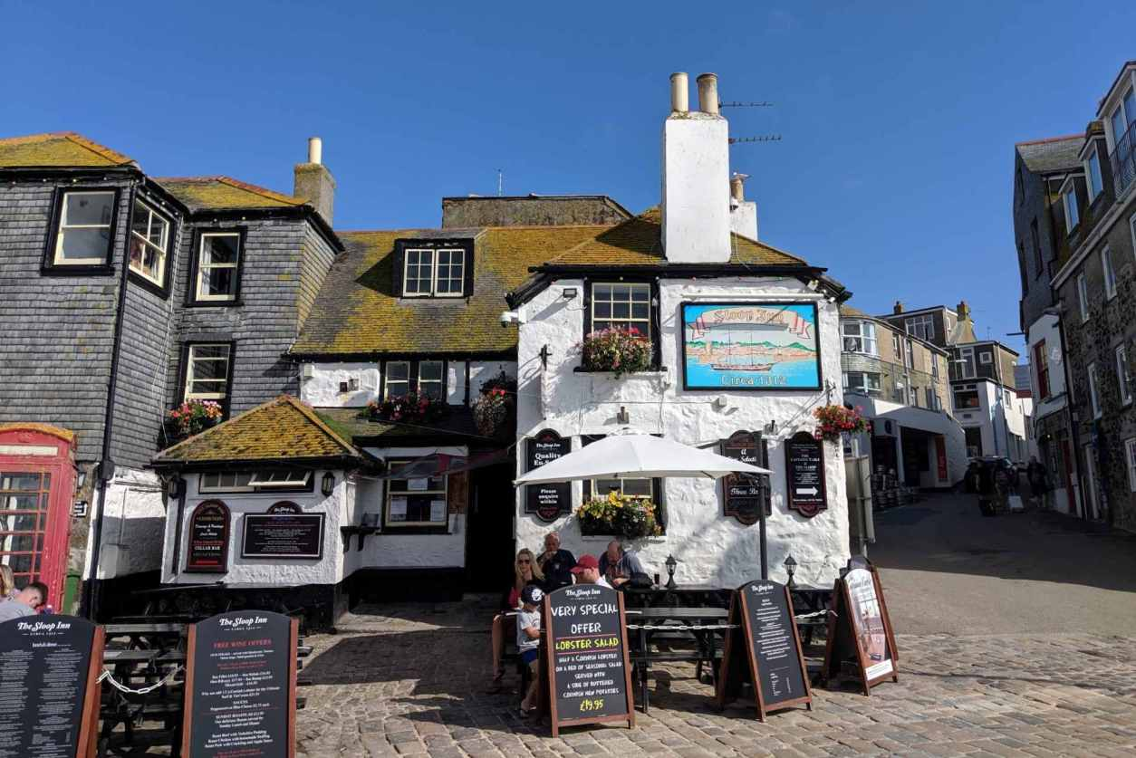 exterior-of-the-sloop-inn-in-st-ives-on-sunny-day