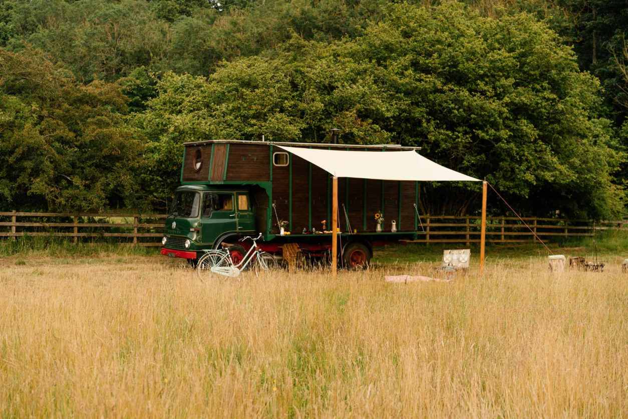 green-horsebox-grassy-in-field-at-abbeyfield-glamping-northumberland