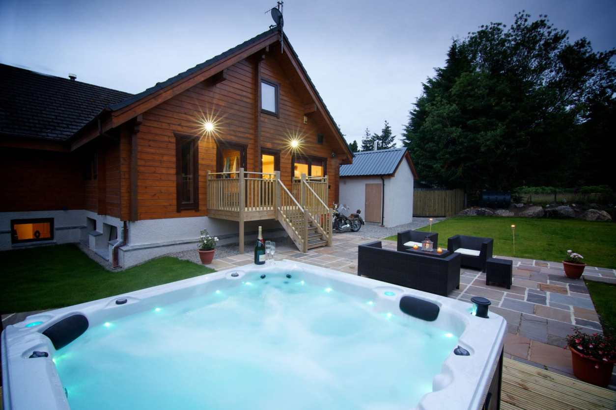 hot-tub-in-garden-of-big-husky-lodge-at-sunset-lodges-with-hot-tubs-scotland