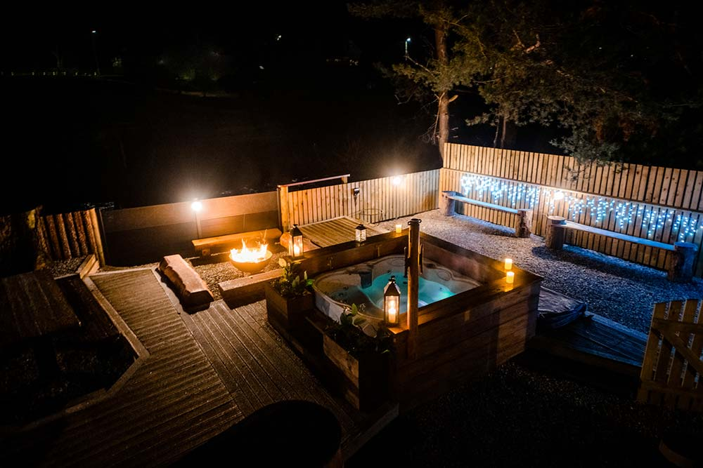 hot-tub-in-garden-of-smithy-croft-house-in-carrbridge-at-night
