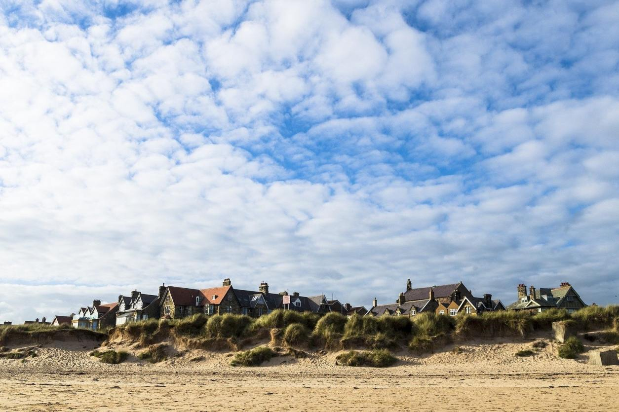 houses-alongside-beach-sand-dunes-on-sunny-day-in-alnmouth-best-places-to-visit-in-northumberland