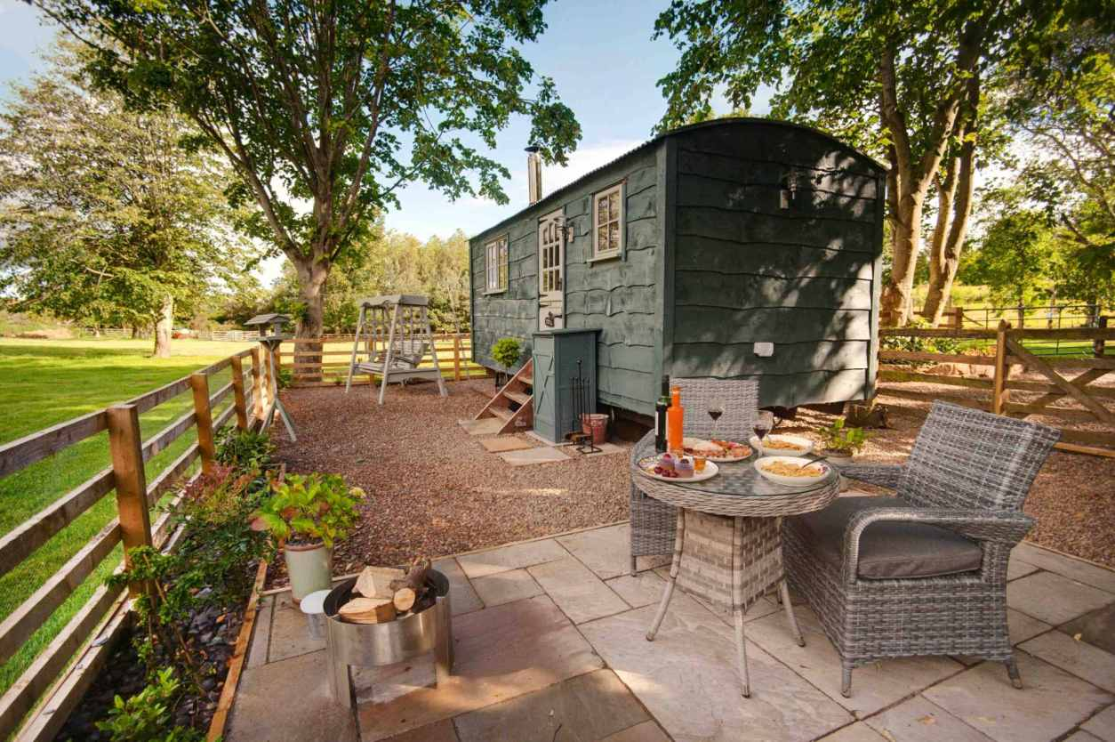 outdoor-seating-by-two-shakes-shepherds-hut-at-budle-bay-croft