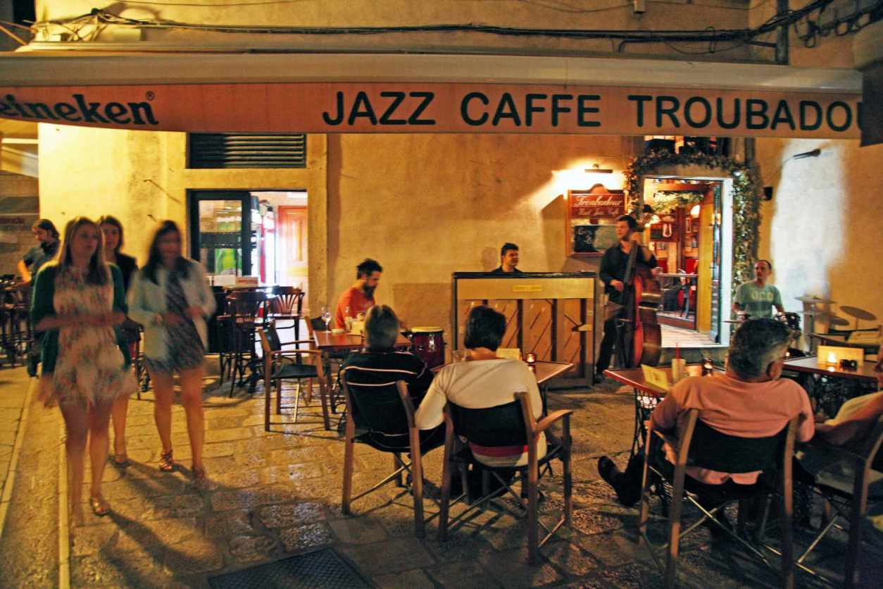 people-listening-to-jazz-at-troubadour-hard-jazz-caffe-in-evening