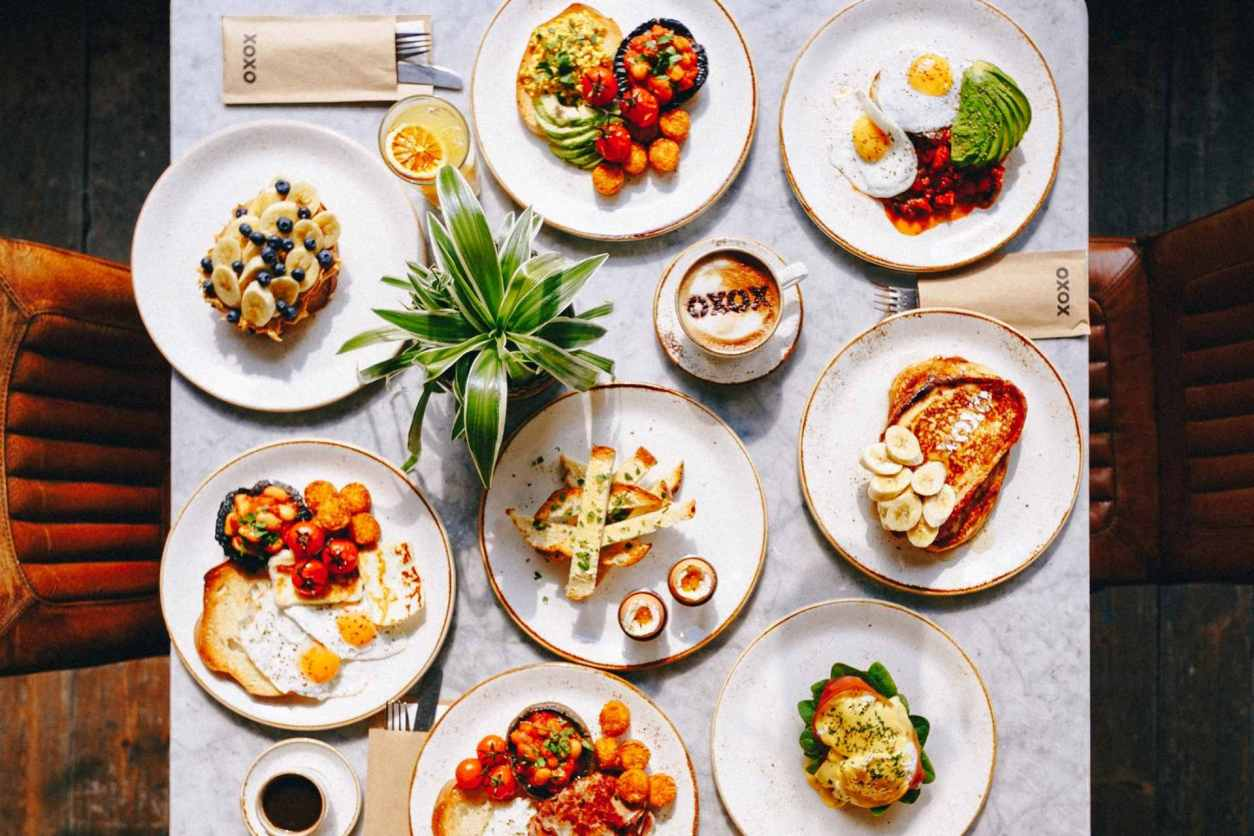 plates-of-brunch-on-marble-restaurant-table-at-xoxo-bar