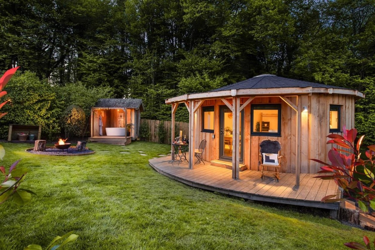 the-hide-roundhouse-campfire-and-hot-tub-lit-up-in-evening-at-the-yurt-retreat-glamping-somerset