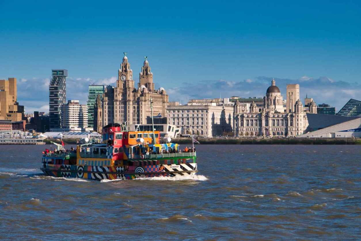 the-river-mersey-ferry-snowdrop-passes-the-three-graces-on-liverpool-waterfront-on-sunny-day