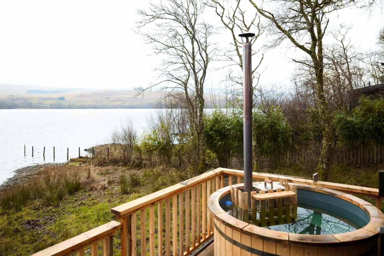 woodfired-hot-tub-on-decking-of-lochside-kilchurn-cabin