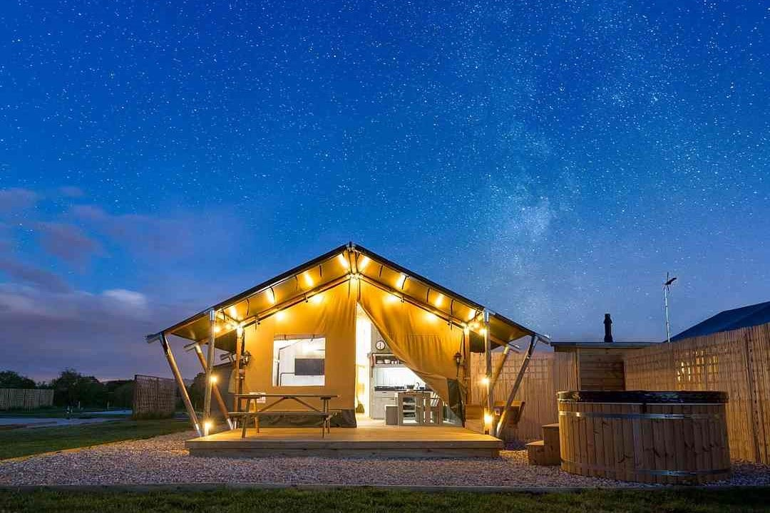 bowbrook-lodges-zebra-lodge-with-hot-tub-lit-up-on-starry-night-glamping-worcestershire