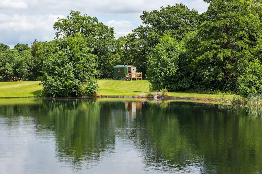 broad-oak-shepherds-hut-in-field-by-lake-glamping-worcestershire