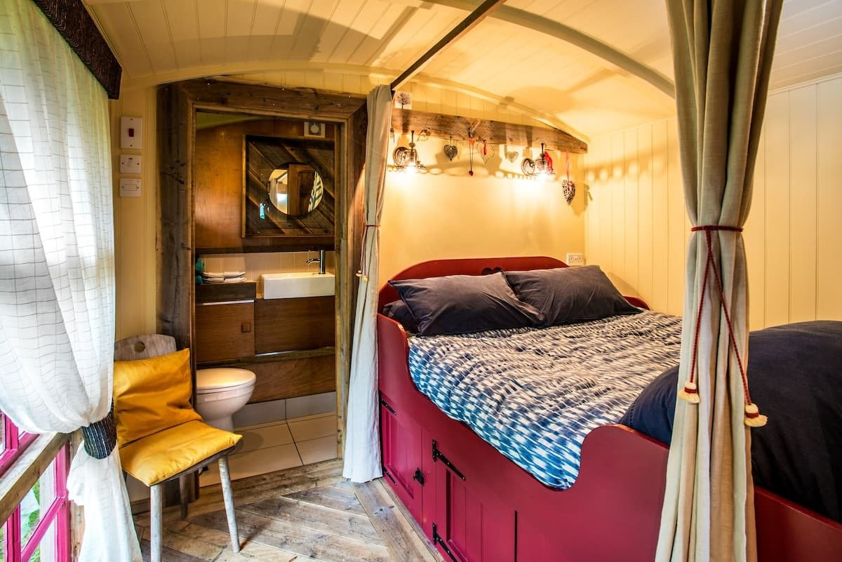 cabin-bed-and-ensuite-bathroom-inside-the-hut-therapy-hut