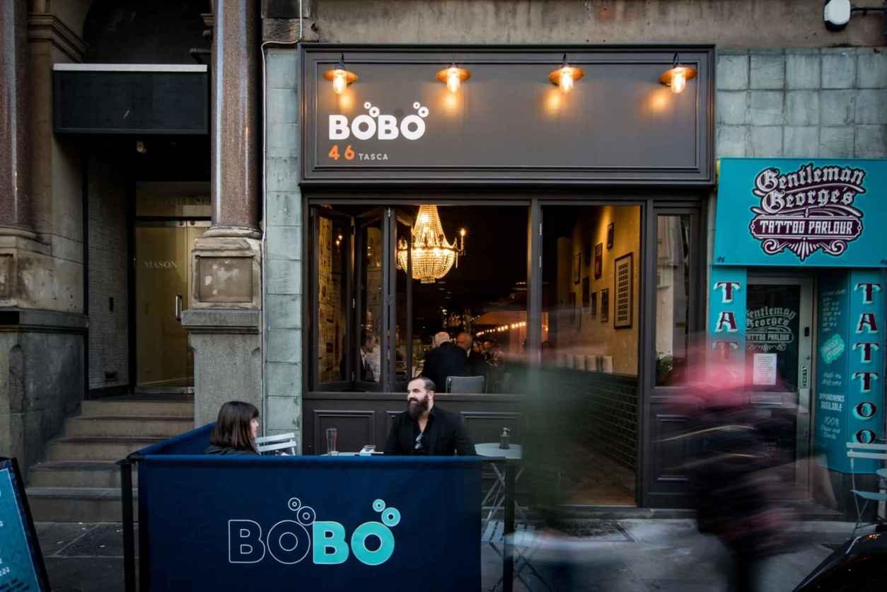 couple-drinking-outside-bobo-bar