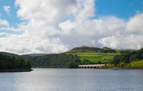 crook-hill-by-ladybower-reservoir-walks-on-sunny-day