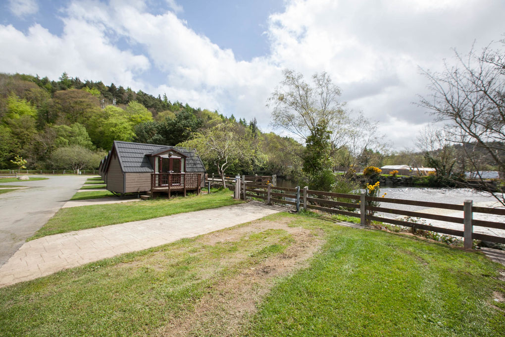 hidden-valley-glamping-lodge-by-water