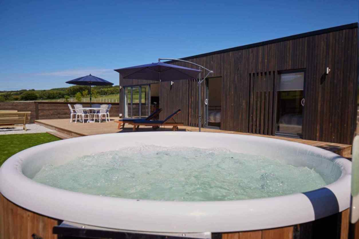 hot-tub-outside-stable-lodge-at-lower-buttercombe-farm