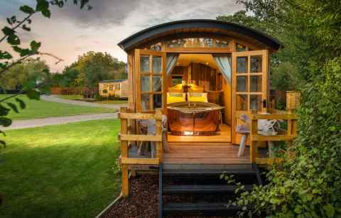 ockeridge-rural-retreats-shepherds-hut-with-decking-in-field-glamping-worcestershire