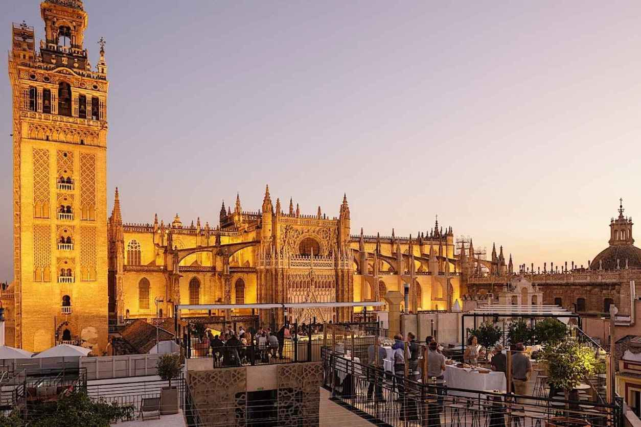people-drinking-at-la-terraza-del-eme-rooftop-bar-4-days-in-seville-itinerary