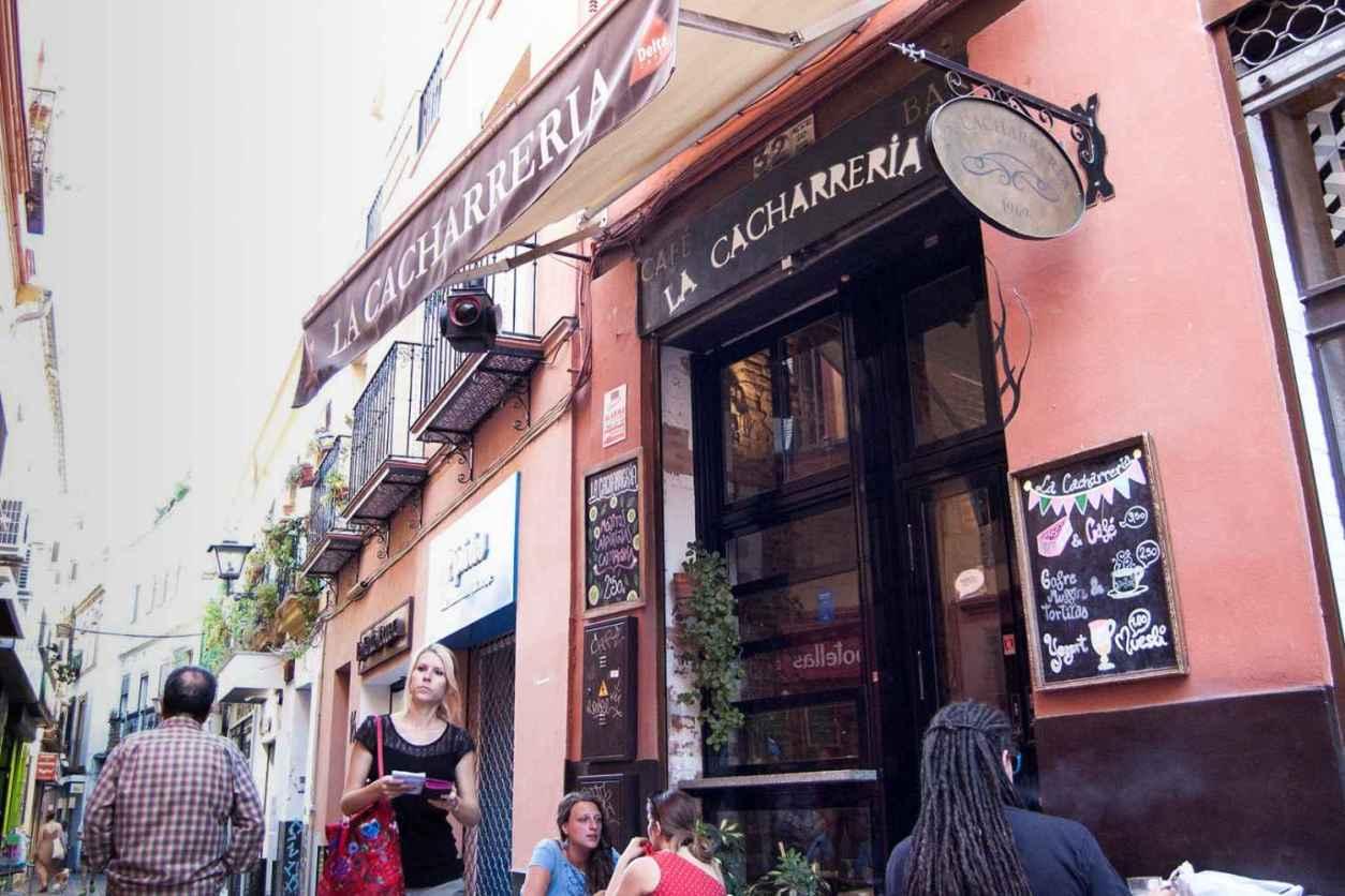 people-eating-outside-of-la-cacharreria-de-sevilla