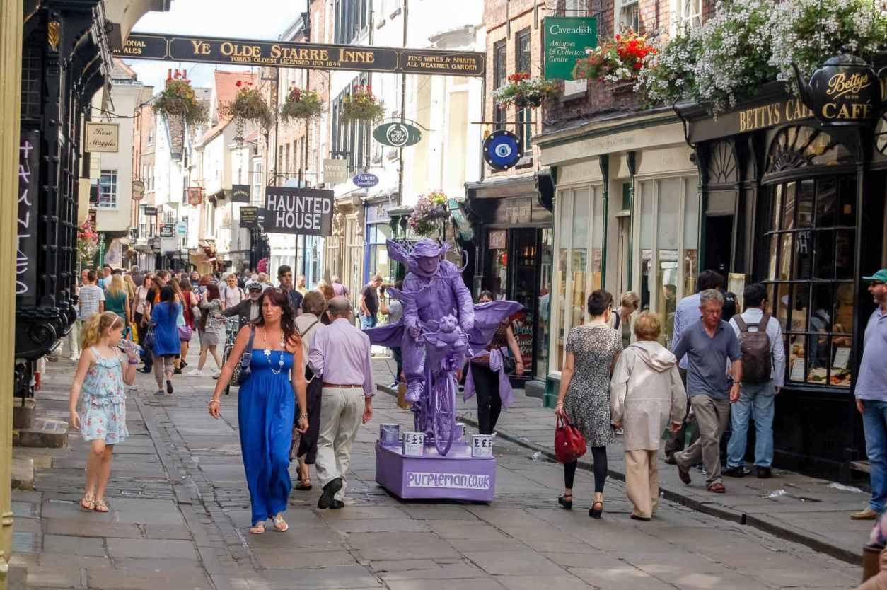 people-shopping-down-stonegate-street