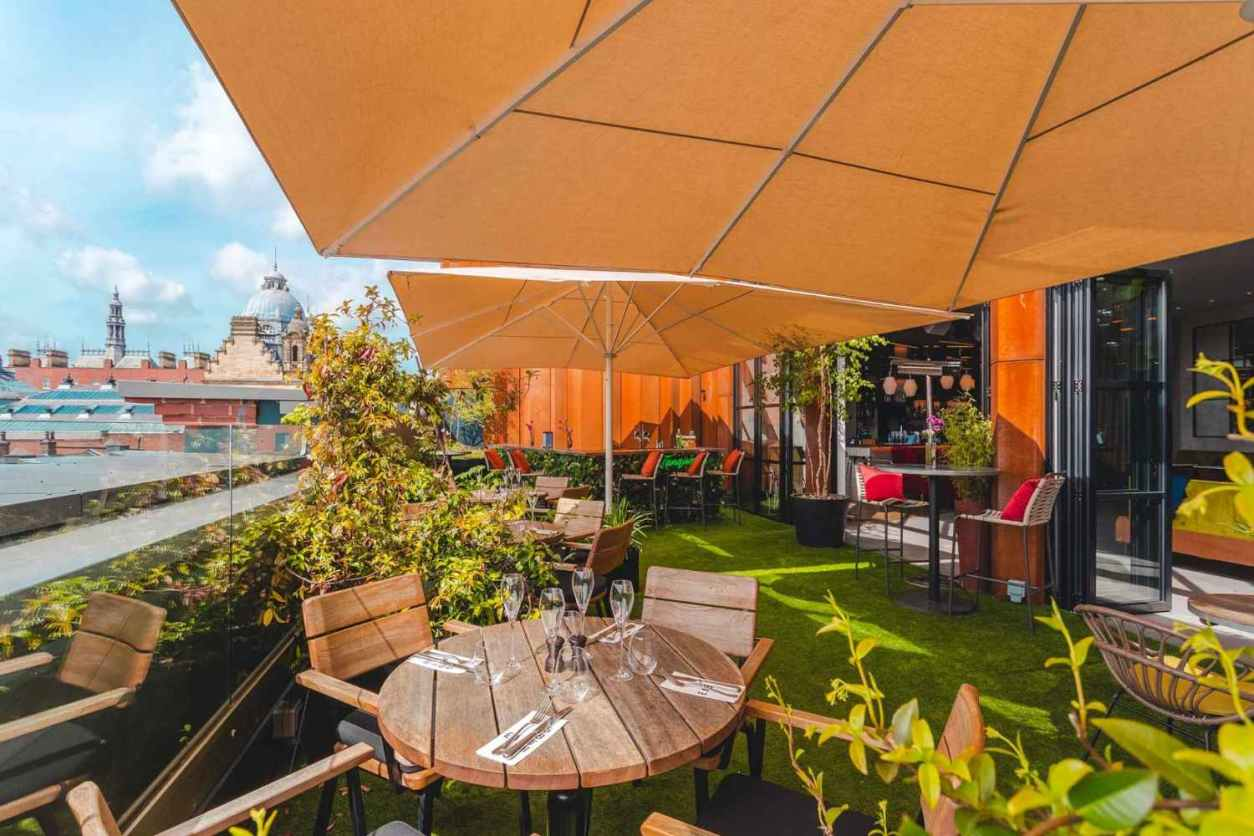 restaurant-table-on-east-59th-rooftop-overlooking-city-with-prosecco-glasses-rooftop-bars-leeds