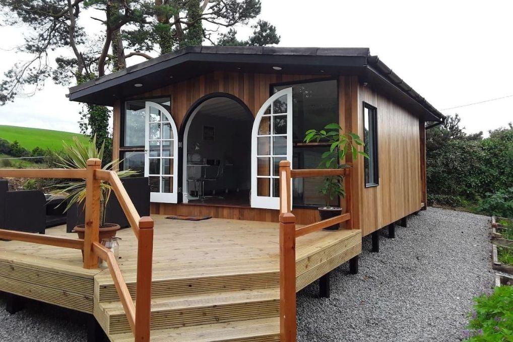 the-cedar-summer-house-on-decking-on-gravel