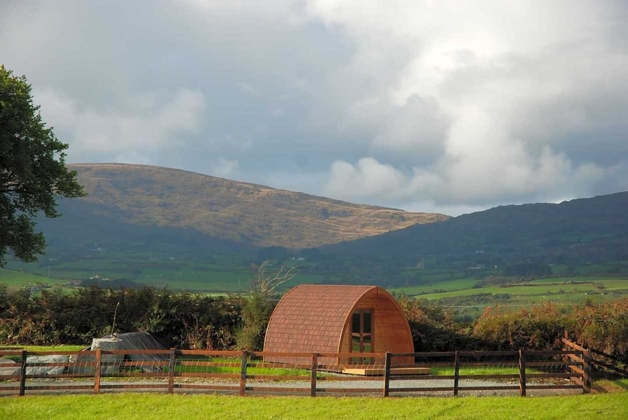 top-of-the-rock-pod-páirc-in-field-with-hills-in-background
