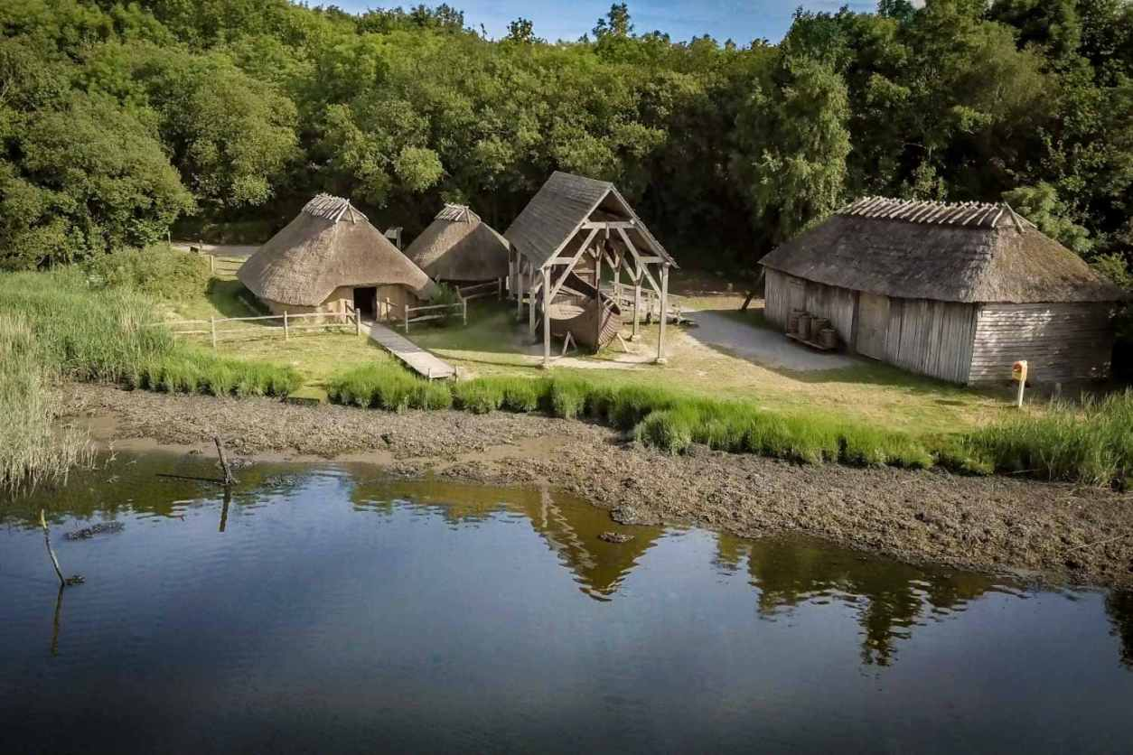 viking-house-stayover-buildings-by-lake