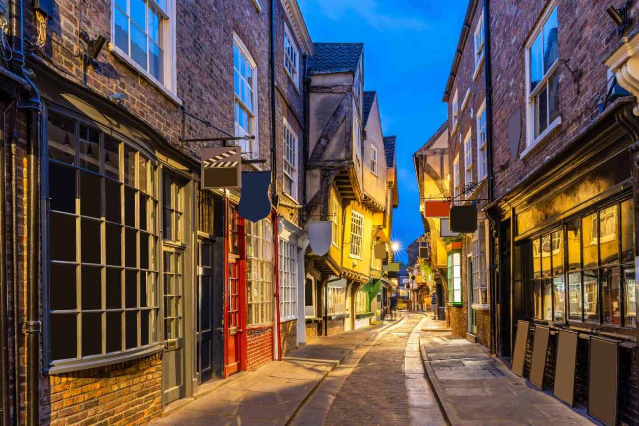 york-shambles-alleyway-at-dusk-free-things-to-do-in-york
