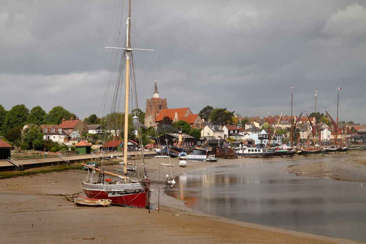 boats-on-estuary-harbour-with-town-of-maldon-in-background