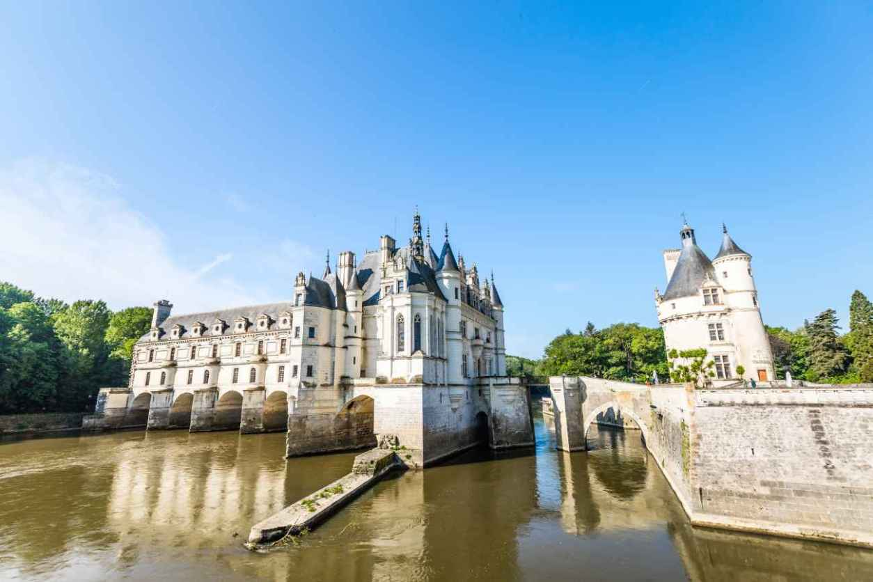 château-de-chenonceau-on-water-on-sunny-day-chateaux-of-the-loire-valley