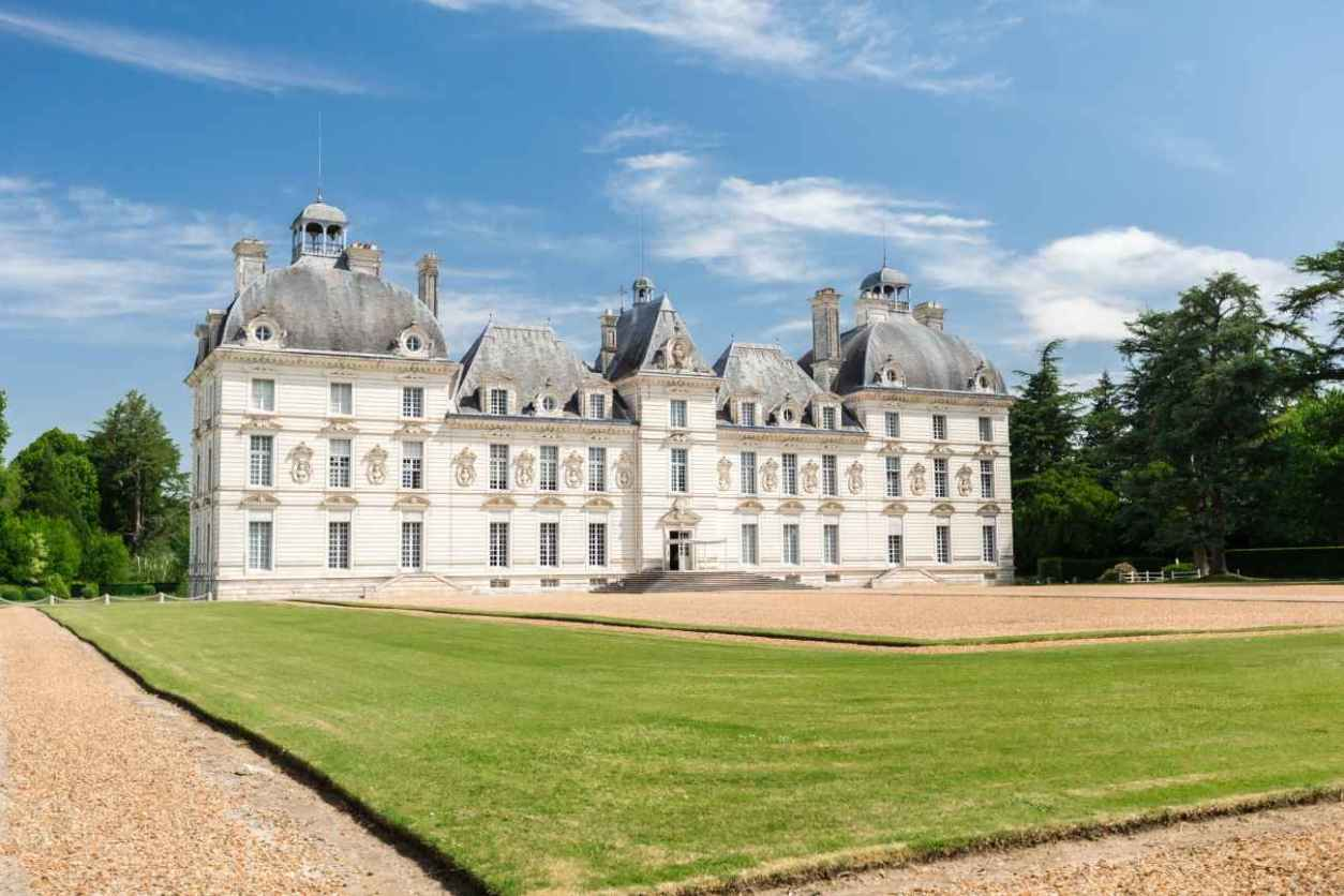 château-de-cheverny-with-green-lawn-on-sunny-day-chateaux-of-the-loire-valley