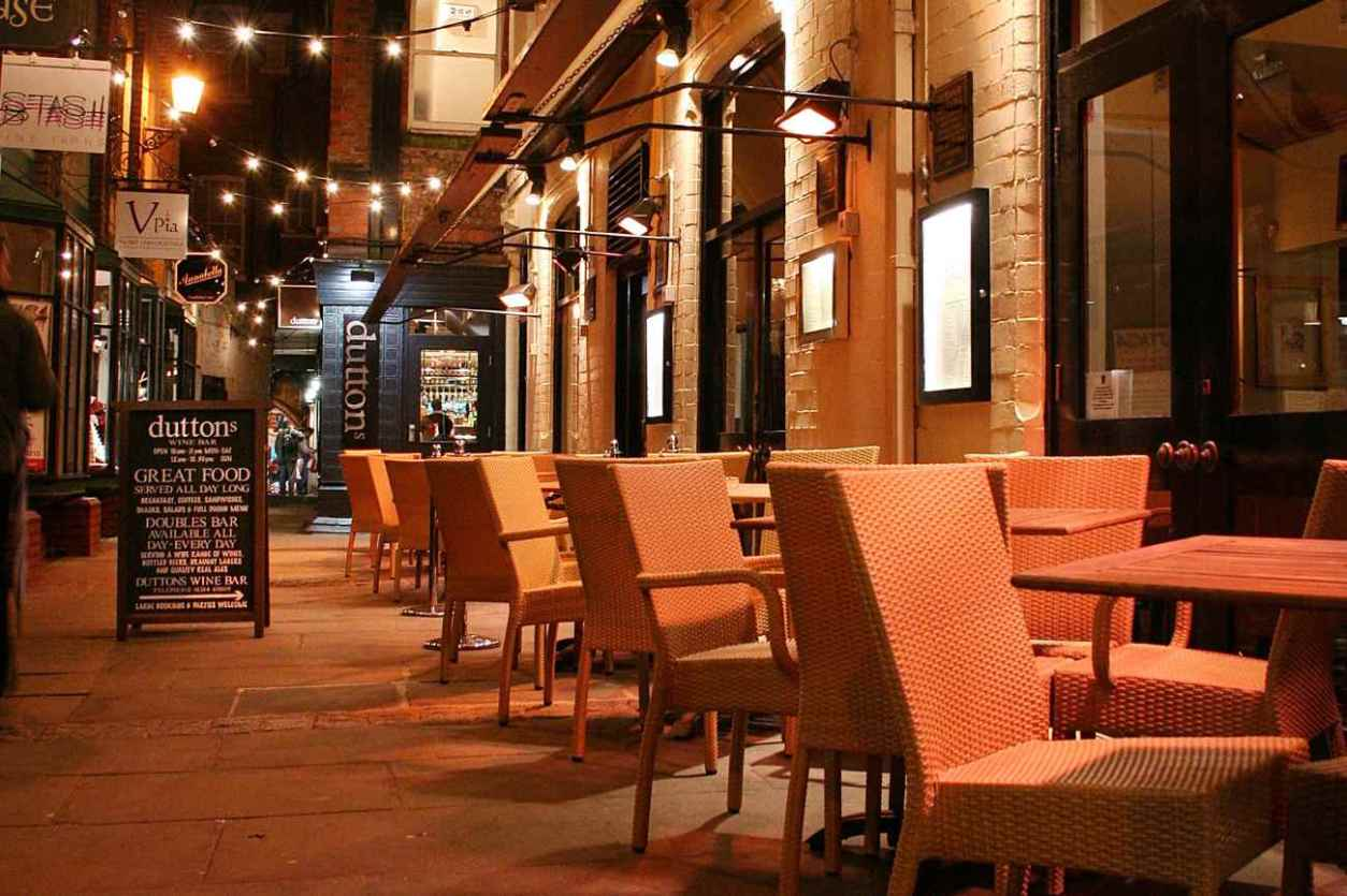 outdoor-seating-outside-duttons-bar
