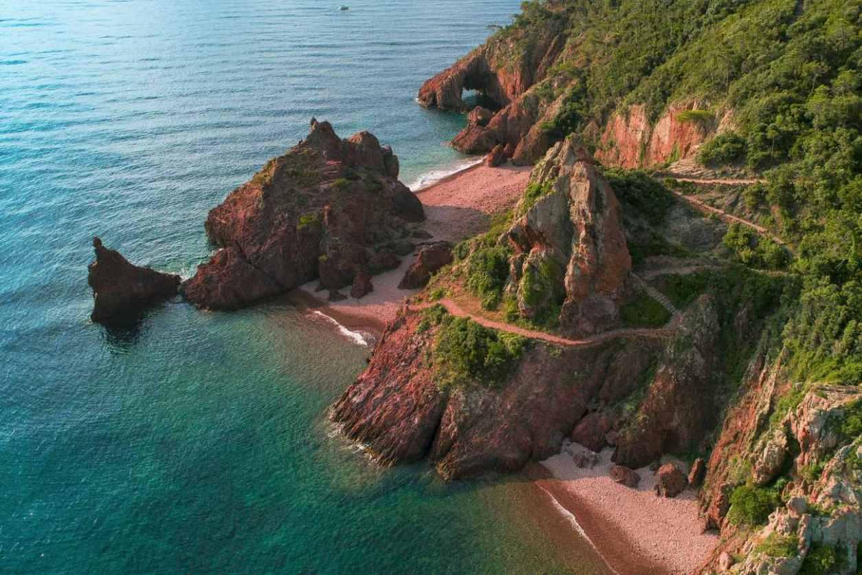 pointe-de-l-aiguille-théoule-sur-mer-best-beaches-in-the-south-of-france