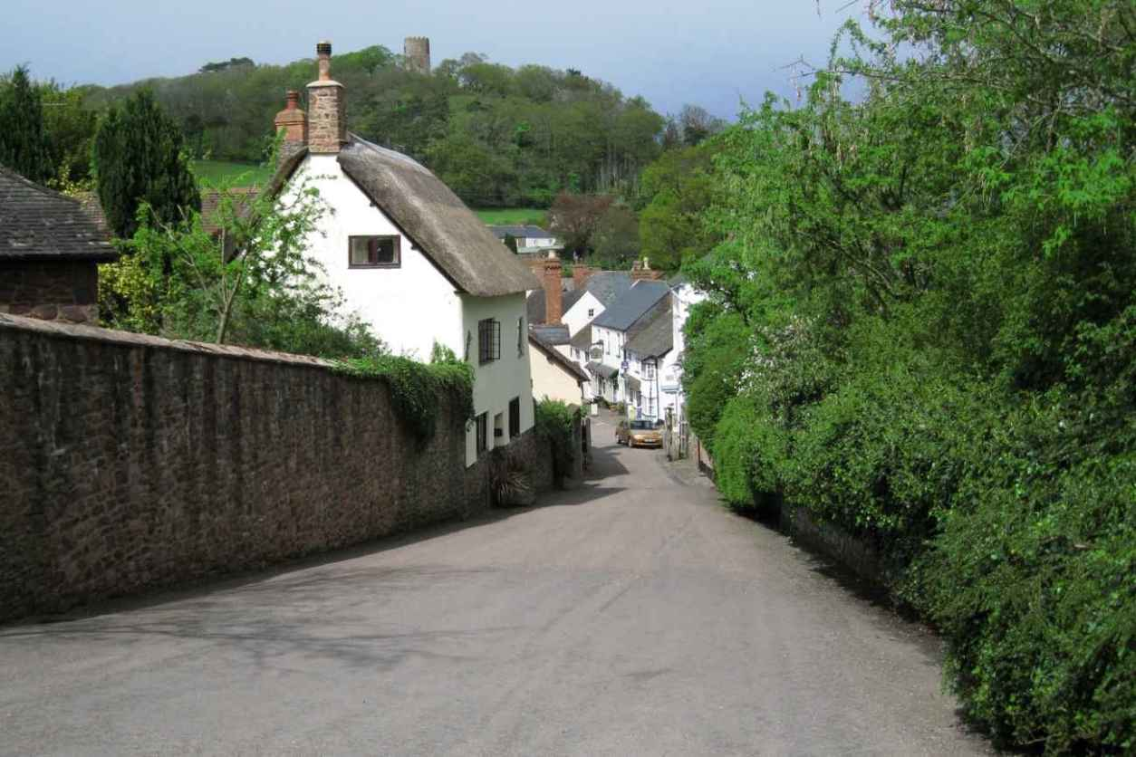 quaint-white-houses-on-streets-of-dunster-village