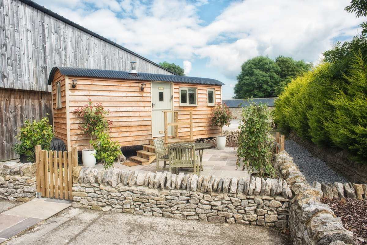 berties-retreat-shepherds-hut-with-outdoor-seating-glamping-derbyshire