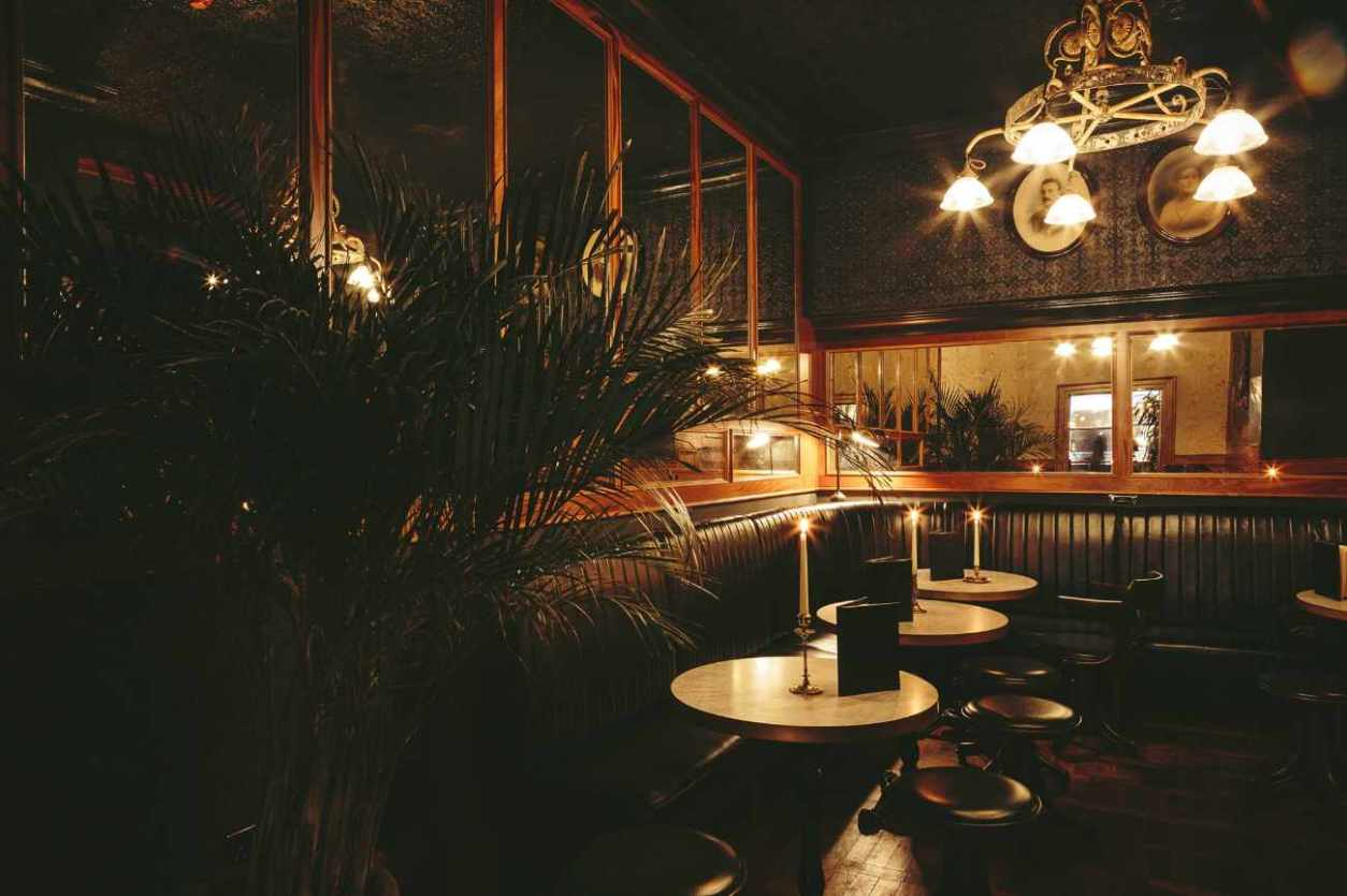 candlelit-tables-in-the-edinburgh-castle-pub-ancoats