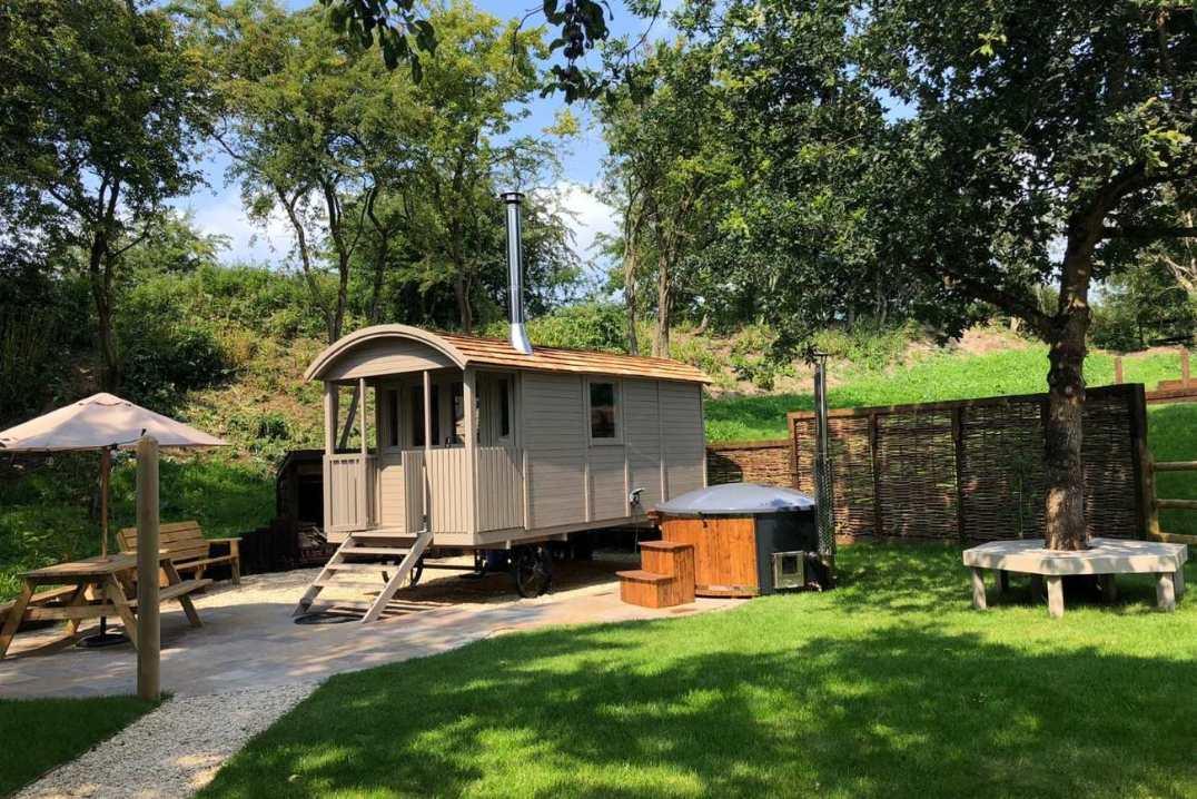 cheshire-shepherds-hut-and-hot-tub-in-garden
