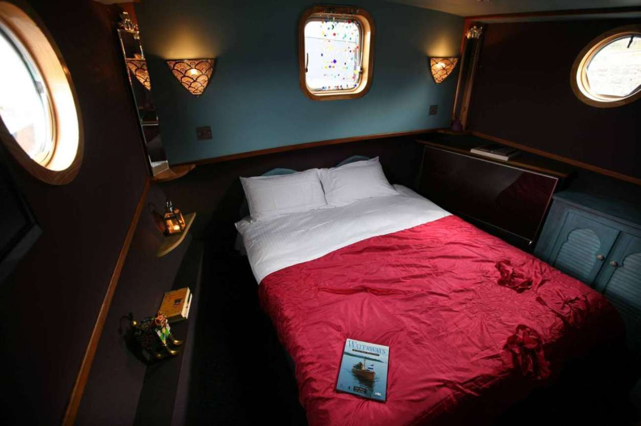 double-bedroom-in-luxury-boatel-on-the-river-shannon