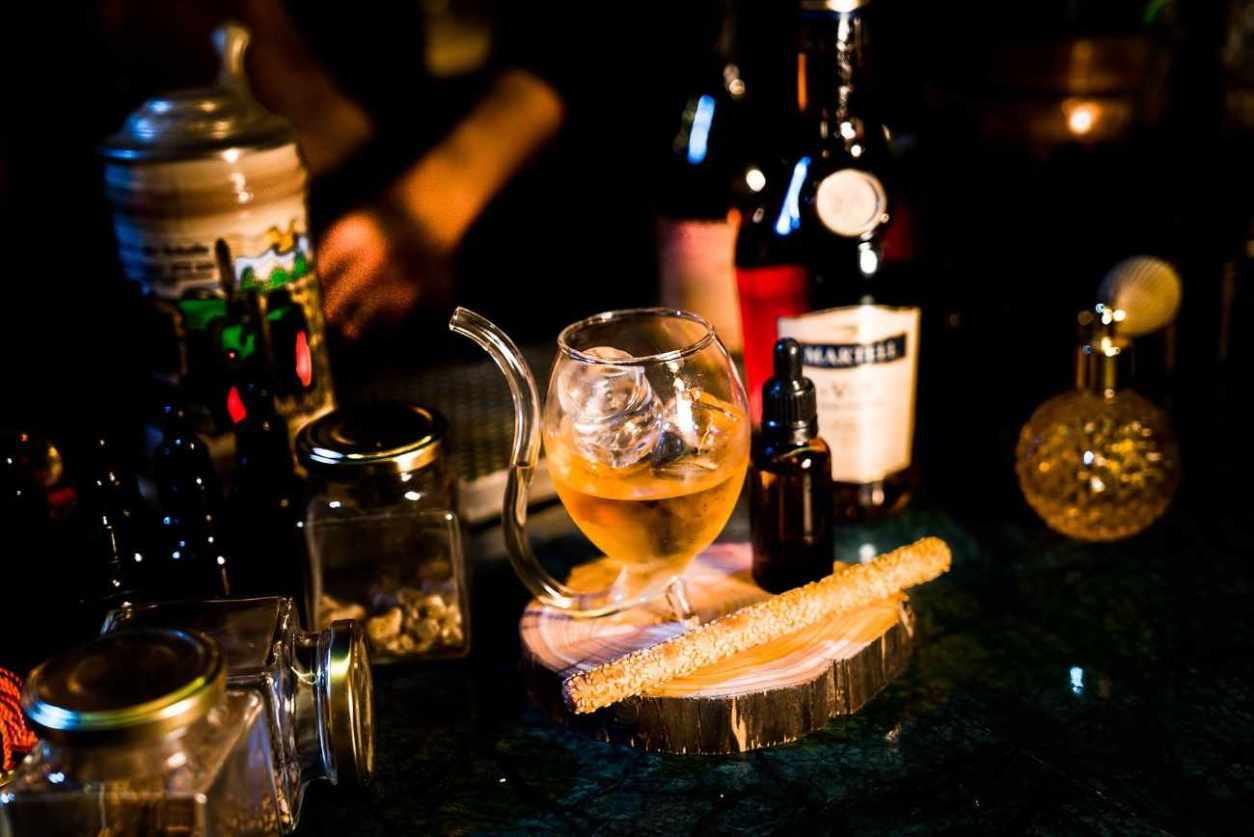 drinks-inside-baromètre-bar-at-night