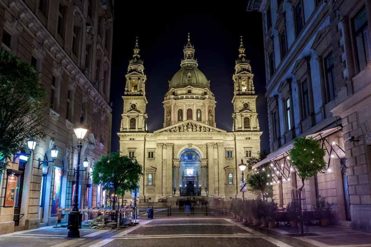 exterior-of-st-stephens-basilica-at-night