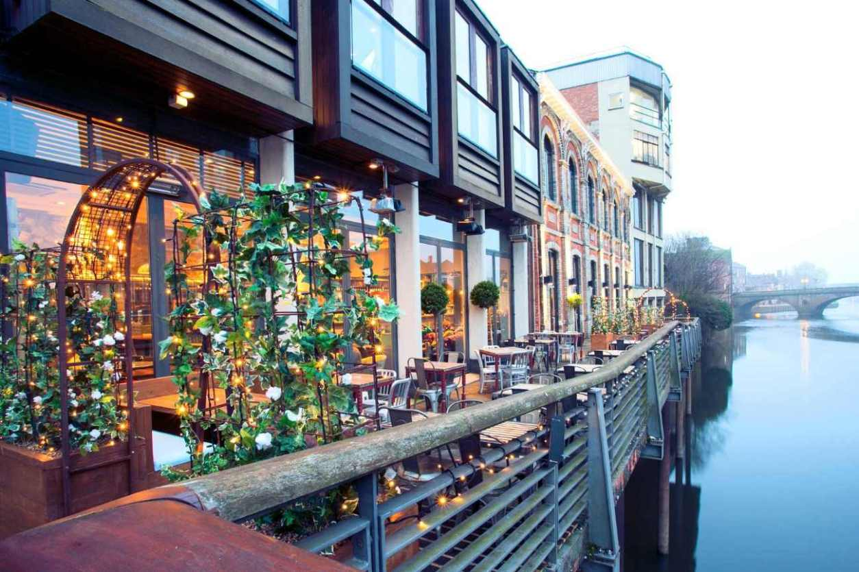 outside-terrace-of-pitcher-and-piano-bar-by-river-bottomless-brunch-york