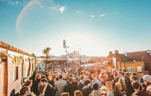 people-partying-on-the-prince-of-wales-pow-terrace-bottomless-brunch-brixton