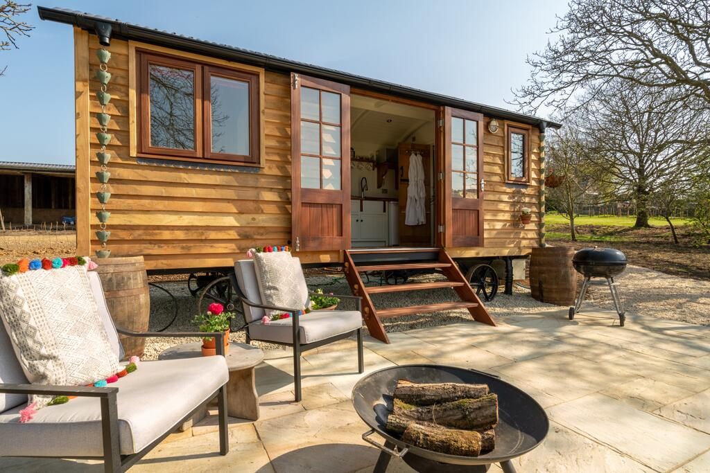 exterior-of-tudor-oak-shepherds-hut-glamping-gloucestershire