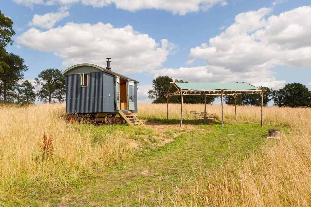 free-range-glamping-shepherds-hut-in-field-glamping-kent