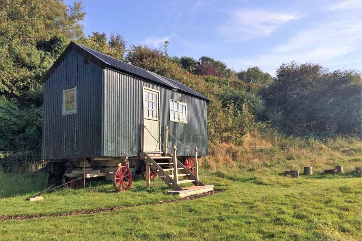 grey-greenhill-glamping-shepherds-hut-in-field-glamping-kent