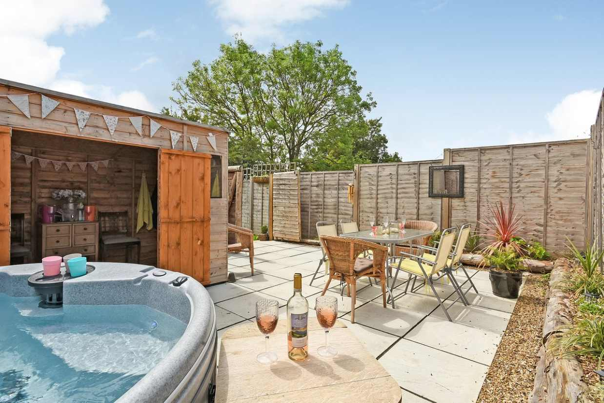 hot-tub-and-dining-area-at-longberry-farm-glamping