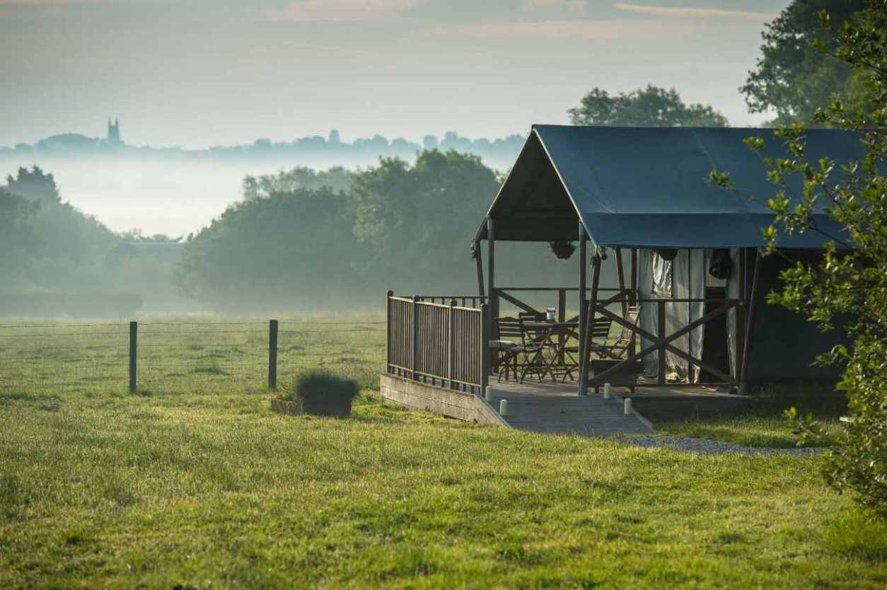little-halden-farm-safari-tent-in-misty-field
