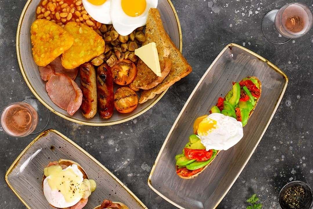 plates-of-breakfast-food-at-slug-and-lettuce